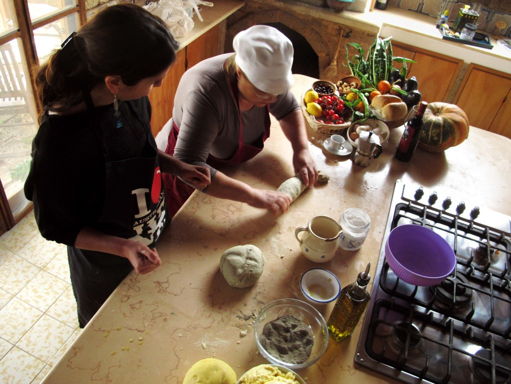 """Ylenia Sambati di Cook in Puglia mentre prepara il pane con """"Mama Giulia,"""" (Photo Credit: Seth Sherwood)"""