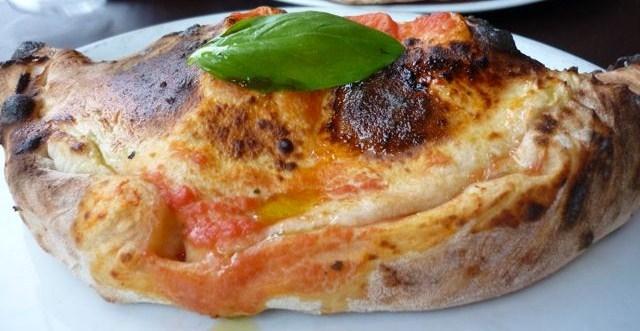 Calzone di prosciutto e mozzarella (U calzone c'u presutte e la mozzaredd)